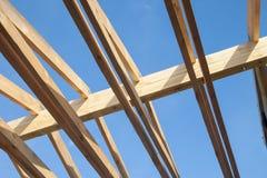 Деревянная крыша с обрамлять стиля стропилины стоковые изображения rf