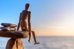 Деревянная кукла на камне Стоковые Фото