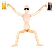 Деревянная кукла с морозным стеклом светлого пива Стоковое Фото