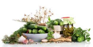 Деревянная клеть и огурцы шара зеленые, соленья опарника, изолированная специя Стоковые Фото