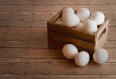 Деревянная клеть свежих яичек на деревянной доске предпосылки планки Стоковое Изображение RF