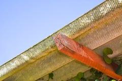 Деревянная лачуга с опасной крышей азбеста стоковые фото