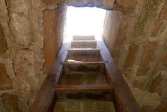Деревянная лестница взбираясь до отверстия к небу стоковые фотографии rf