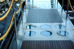 Деревянная лестница водя к палубе туристического судна стоковое фото rf