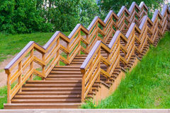 Деревянная лестница в парке Стоковое Изображение RF
