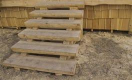 Деревянная лестница на крылечке стоковые изображения
