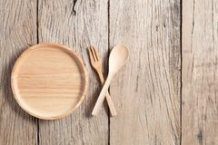 Деревянная ложка и деревянная плита на старой деревянной предпосылке таблицы, экземпляре Стоковая Фотография RF