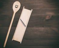 Деревянная ложка и деревянная терка для овощей Стоковая Фотография