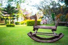 Деревянная лошадь в поле стоковое изображение