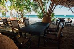 Деревянная мебель в кафе пляжа на море предпосылки Кафе с океаном сини взгляда Стоковое Изображение RF