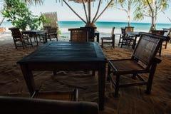 Деревянная мебель в кафе пляжа на море предпосылки Кафе с океаном сини взгляда Стоковое Изображение