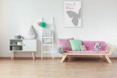 Деревянная мебель в комнате ребенк стоковые изображения rf