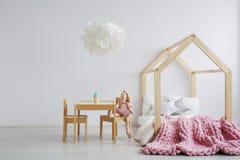 Деревянная мебель для комнаты ` s девушки стоковые изображения rf