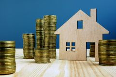 Деревянная модель дома и денег Свойство покупки или надувательства стоковые фотографии rf