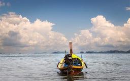Деревянная моторная лодка на море стоковое фото rf