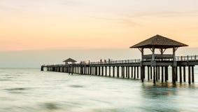 Деревянная мола на пляже стоковое изображение