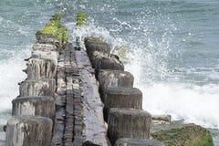 Деревянная мола при волны разбивая сверх стоковое фото rf