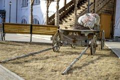 Деревянная нагруженная тележка в дворе старого дома Стоковое Изображение RF