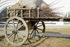 Деревянная нагруженная тележка в дворе старого дома Стоковое фото RF