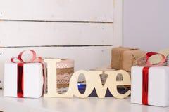 деревянная надпись & x22; love& x22; около 2 белых подарочных коробок стоковые изображения rf