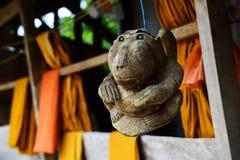 Деревянная обезьяна ремесла вися около веревочки монаха Стоковые Изображения RF