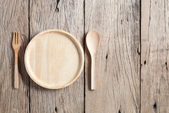 Деревянная ложка и деревянная плита на старой деревянной предпосылке таблицы, экземпляре Стоковые Фото