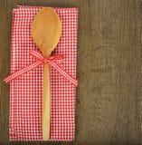 Деревянная ложка и красная салфетка Стоковое фото RF
