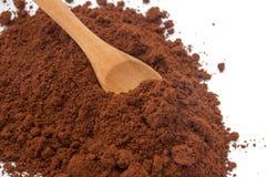Деревянная ложка и разлитый земной кофе Стоковое Фото