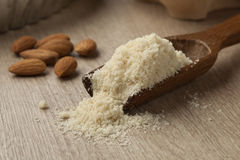 Деревянная ложка с едой миндалины стоковое фото