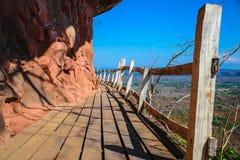 Деревянная дорожка на крутых скалах стоковое изображение rf