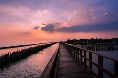 Деревянная дорожка пляжа в вечере Стоковая Фотография RF