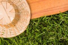 Деревянная доска и соломенная шляпа стоковое изображение rf