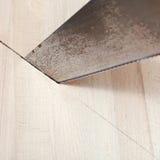 Деревянная доска отрезана с hacksaw Стоковая Фотография RF