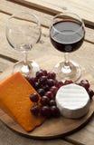 Деревянная доска с виноградинами и сыром бокала Стоковые Изображения