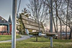 Деревянная отбрасывая скамейка в парке Стоковое Изображение