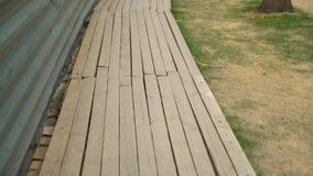 Деревянная палуба около загородки металла на месте реновации сток-видео