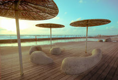 Деревянная палуба с каменными стендами и металлом стоковая фотография rf