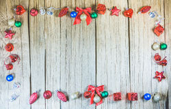 Деревянная панель текстуры вокруг с орнаментами рождества для продукта Стоковая Фотография RF