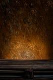Деревянная палитра перед ржавой предпосылкой Стоковые Изображения