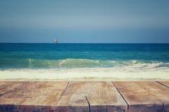 Деревянная палуба перед ландшафтом моря подготавливайте для дисплея продукта Стоковое Изображение RF