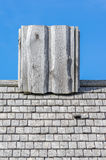 Деревянная печная труба на старой крыше Стоковое Фото
