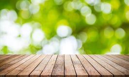 Деревянная планка с абстрактным естественным зеленым цветом запачкала предпосылку bokeh стоковая фотография rf