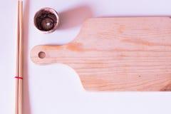 Деревянная плита палочек установила аксессуары для японца суш изолированного на белой предпосылке стоковая фотография rf