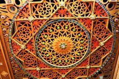 Деревянная, покрашенная, яркая, испещрянная высекаенная стена с цветками, звездами, картинами, покрасила камни различных форм и р Стоковое фото RF