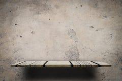 Деревянная полка дисплея на серой стене цемента Стоковые Фото