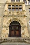Деревянная портальная дверь здания Stadtverwaltung муниципалитета в Dessau-Rosslau Стоковое фото RF