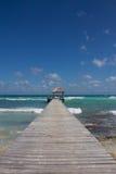 Деревянная посадка на естественном карибском пляже Стоковые Фотографии RF