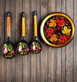 Деревянная посуда покрашенная с Khokhloma стоковые фотографии rf