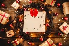 Деревянная предпосылка при красочные звезды и звезды, окруженные подарками и игрушками Стоковые Фотографии RF
