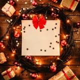 Деревянная предпосылка при красочные звезды и звезды, окруженные подарками и игрушками Стоковые Фото